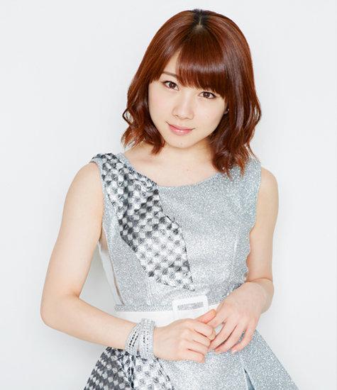 シルバーの衣装を着ている石田亜佑美